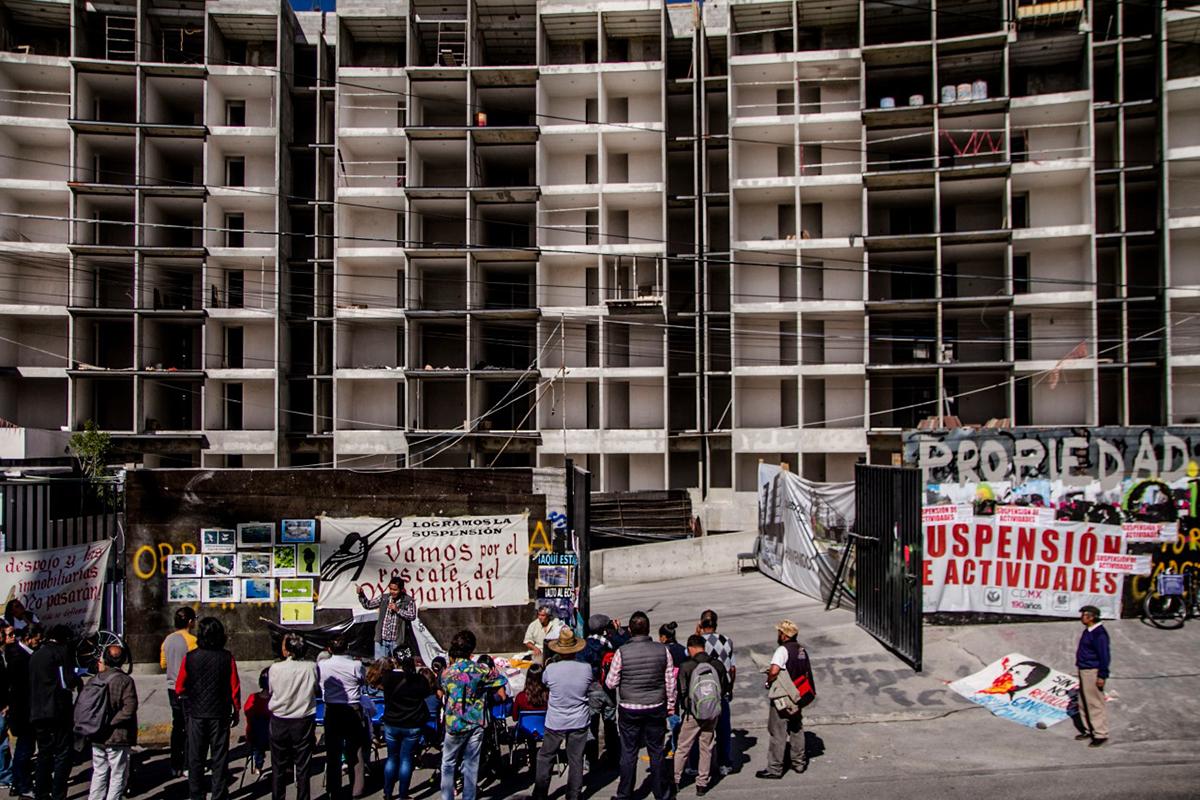 Suspenden construcción de Aztecas 215. Vecinos van por cancelación