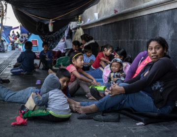 Los desplazados de Guerrero que acampan frente al despacho del presidente