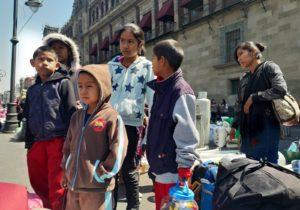 Desplazados levantan plantón en Palacio Nacional