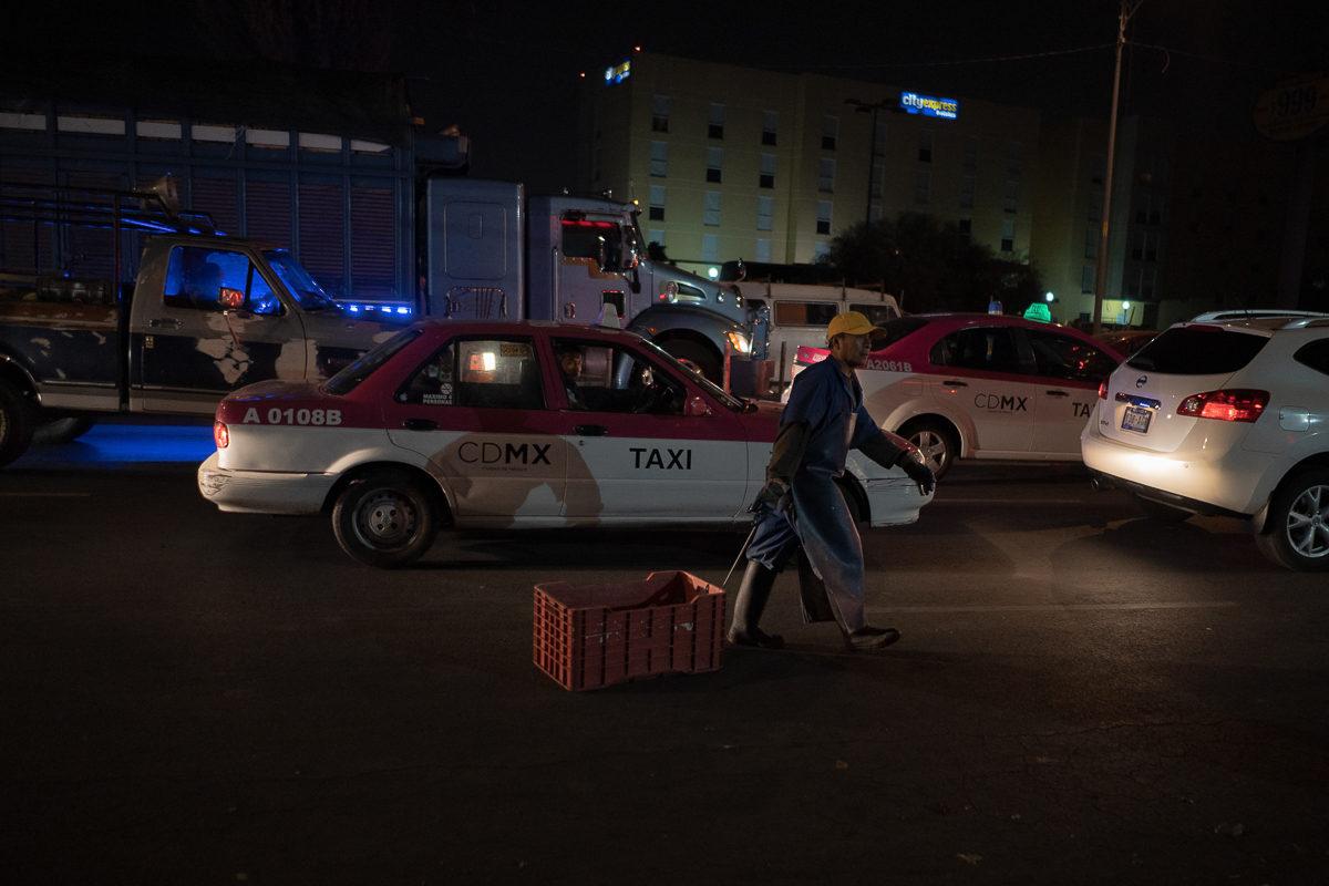 La hilera de autos y caimiones que esperan entrar al mercado de la Nueva viga, durante la madrugada del Jueves Santo, se extiende por casi un kilómetro. Foto: Ximena Natera.