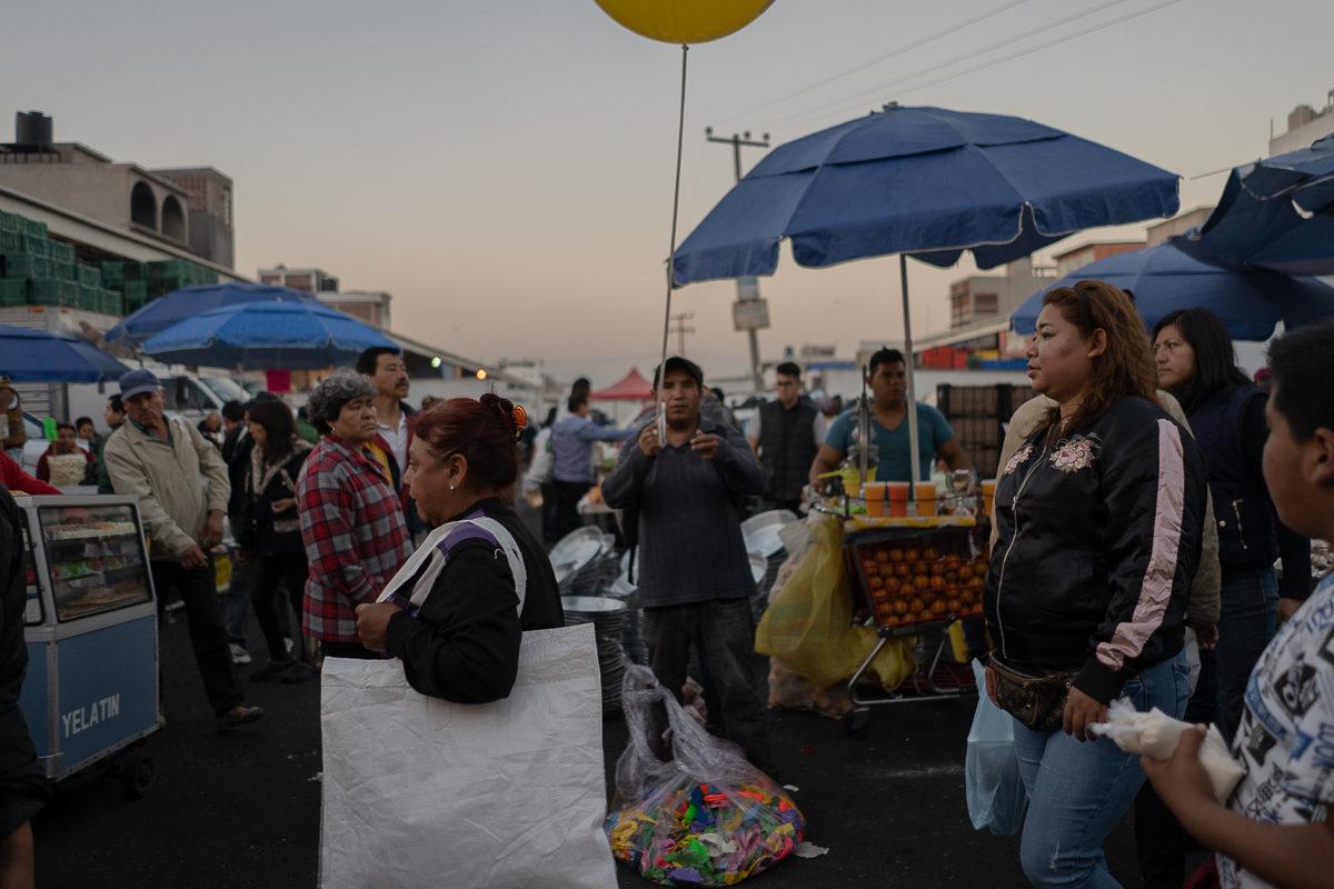 Compradores de menudeo en el mercado La Nueva Viga, jueves santo por la mañana.