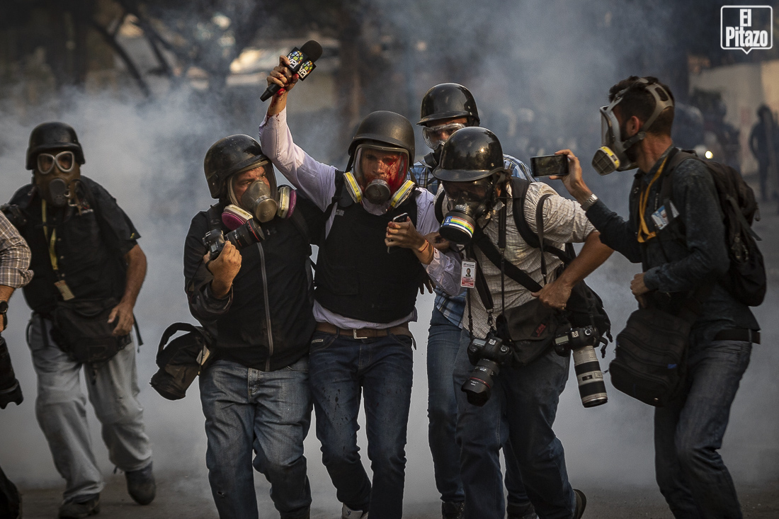 Vecinos de Santa Fe reciben a Juan Guaidó al momento de su llegada a la Autopista Prados del Este, donde se encontraba un grupo de personas protestando en favor del cese de la usurpación, en el marco de la convocatoria Operación Libertad. 1o de Mayo 2019.