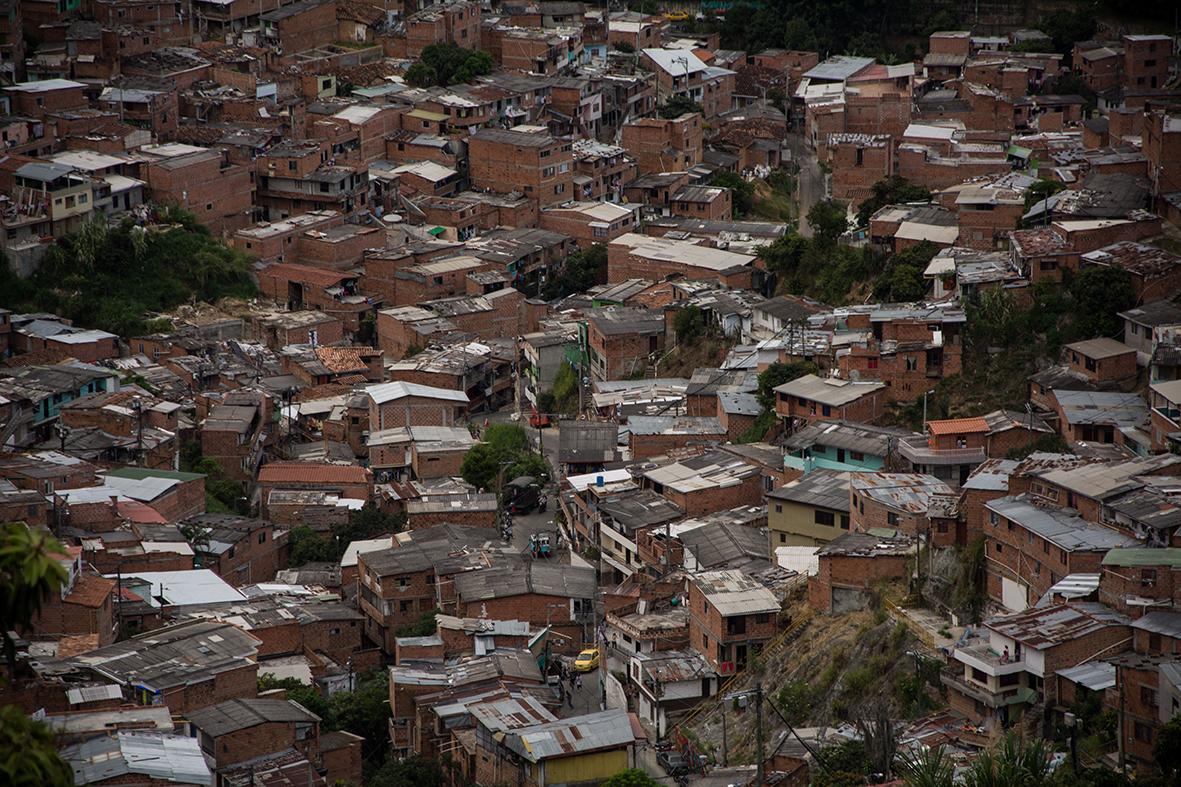 San Javier, Comuna 13. La periferia de Medellín han crecido con la llegada constante de desplazados del conflicto interno en las últimas décadas. La poca planeación y las construcciones irregulares provocan serios problemas de movilidad y acceso a servicios básicos.