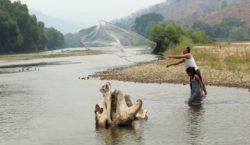 Familias priistas saquean río en…