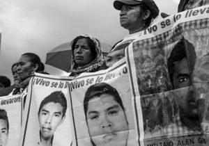 Padres de normalistas de  Ayotzinapa recorren  instalaciones militares