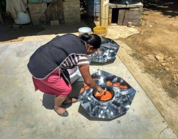 Mujeres trasladan sus cocinas al sol
