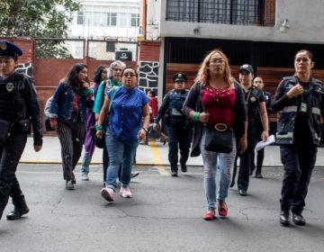 Policías custodian a feministas dentro de la UACM por acoso