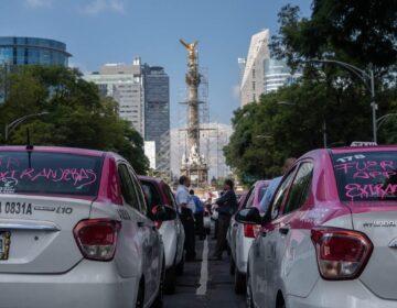 Mantienen taxistas bloqueo   parcial