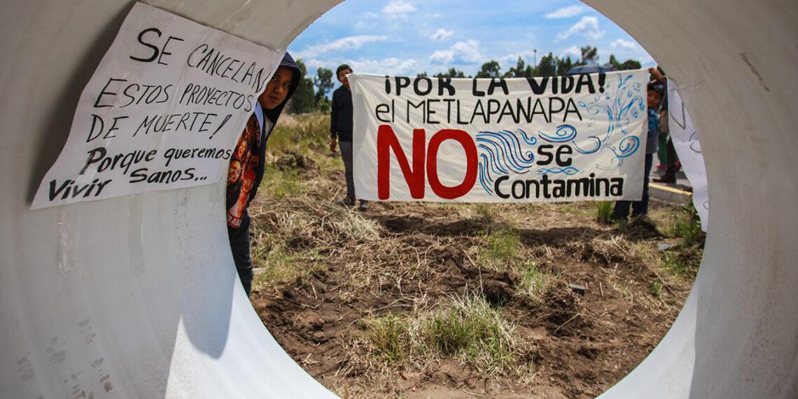 Pueblos frenan drenaje industrial en el río Metlapanapa