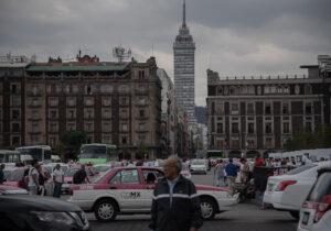Taxistas se movilizan; exigen  retiro de Uber