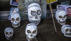 """Familias de desaparecidos """"entierran"""" al…"""