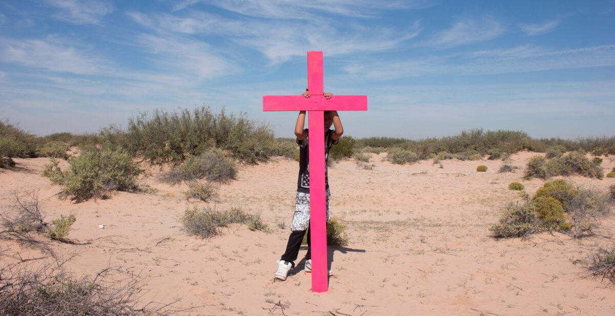 Cruz rosa en memoria de Brenda Patricia desaparecida en 2013. Fue colocada en medio del desierto donde encontraron a Brenda. Foto por Itzel Aguilera.